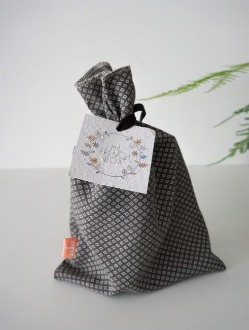 Pochon ou sac à vrac de la marque Kufu contenant Ma French Box du mois de Février 2019 avec sa petite carte en papier ensemencée