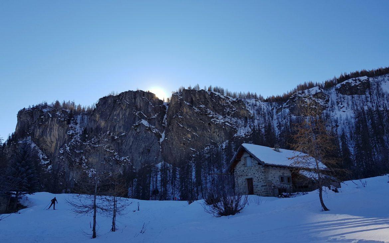 La montagne majesteuse surplombe la skieuse de fond