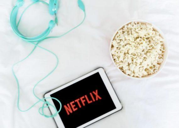 netflix chill avec popcorn au lit