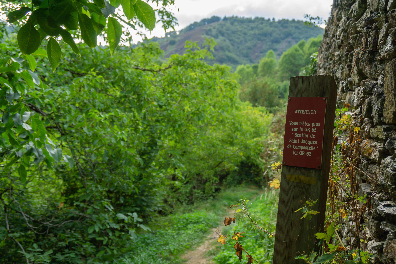 Chemin du pèlerin Compostelle village médiéval Conques