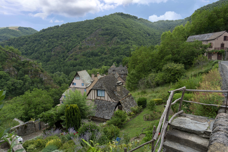 Maisons fleuries au coeur de la montagne