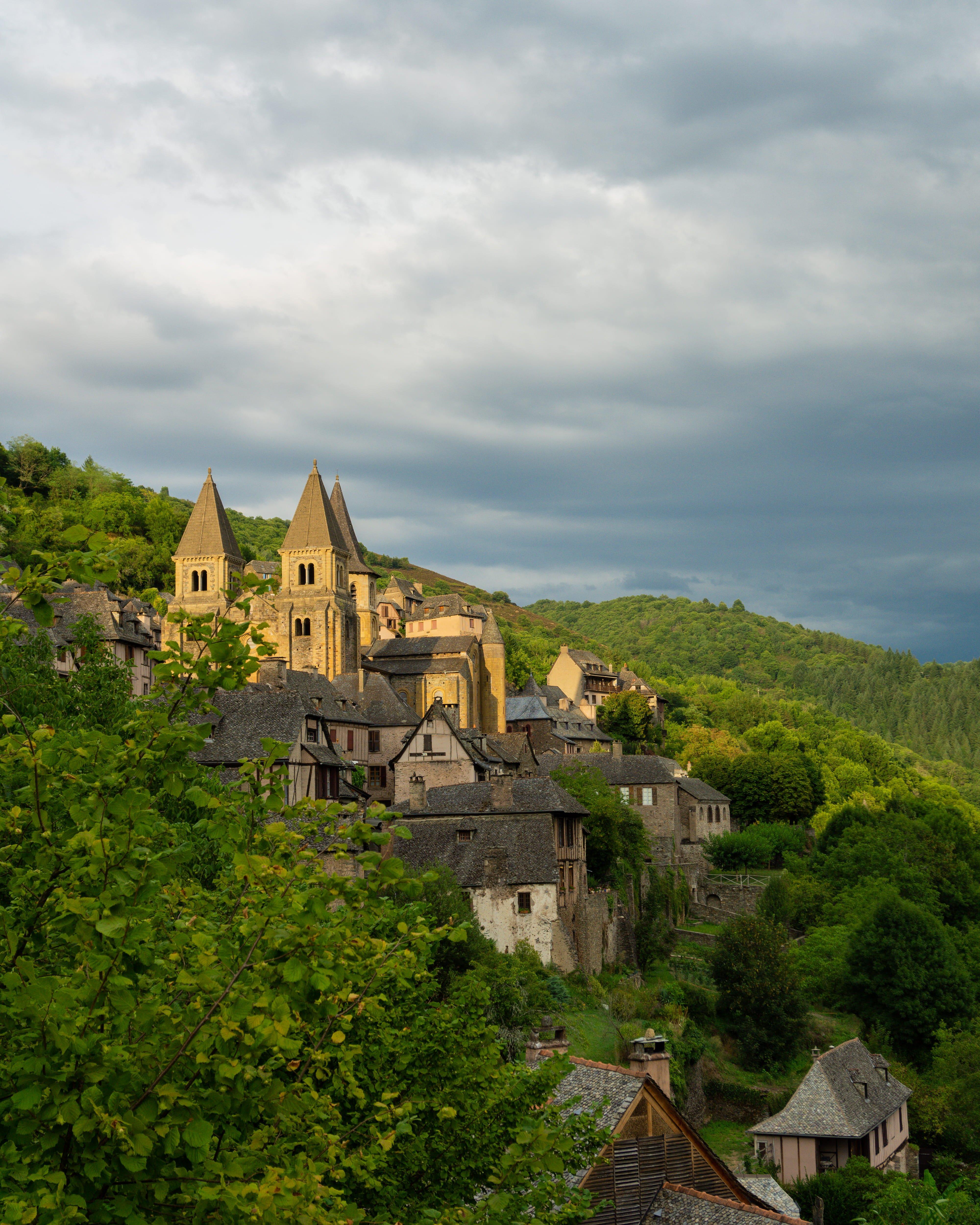 Vue sur l'abbatiale et le village de Conques