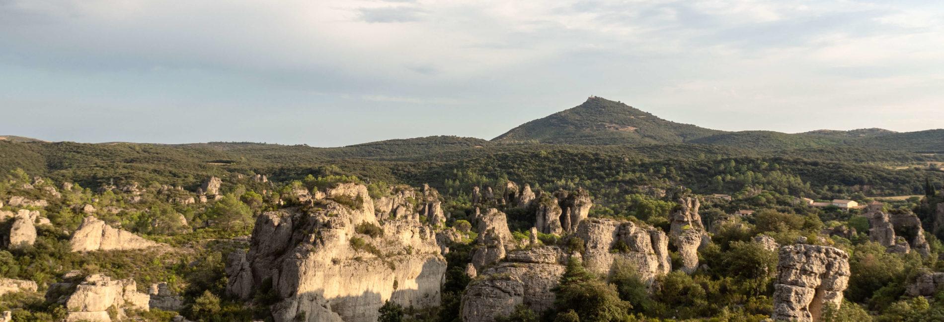 Randonnée au Cirque de Mourèze parmi des géants de pierres, à deux pas du lac du Salagou