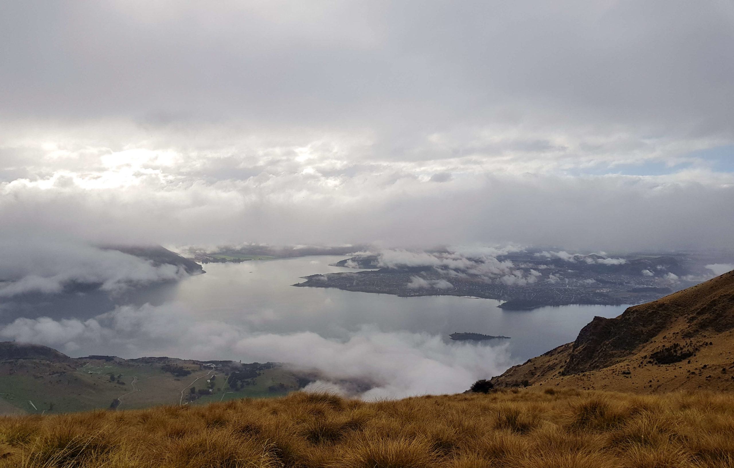Vue sur Wanaka et son lac de la montagne Roy