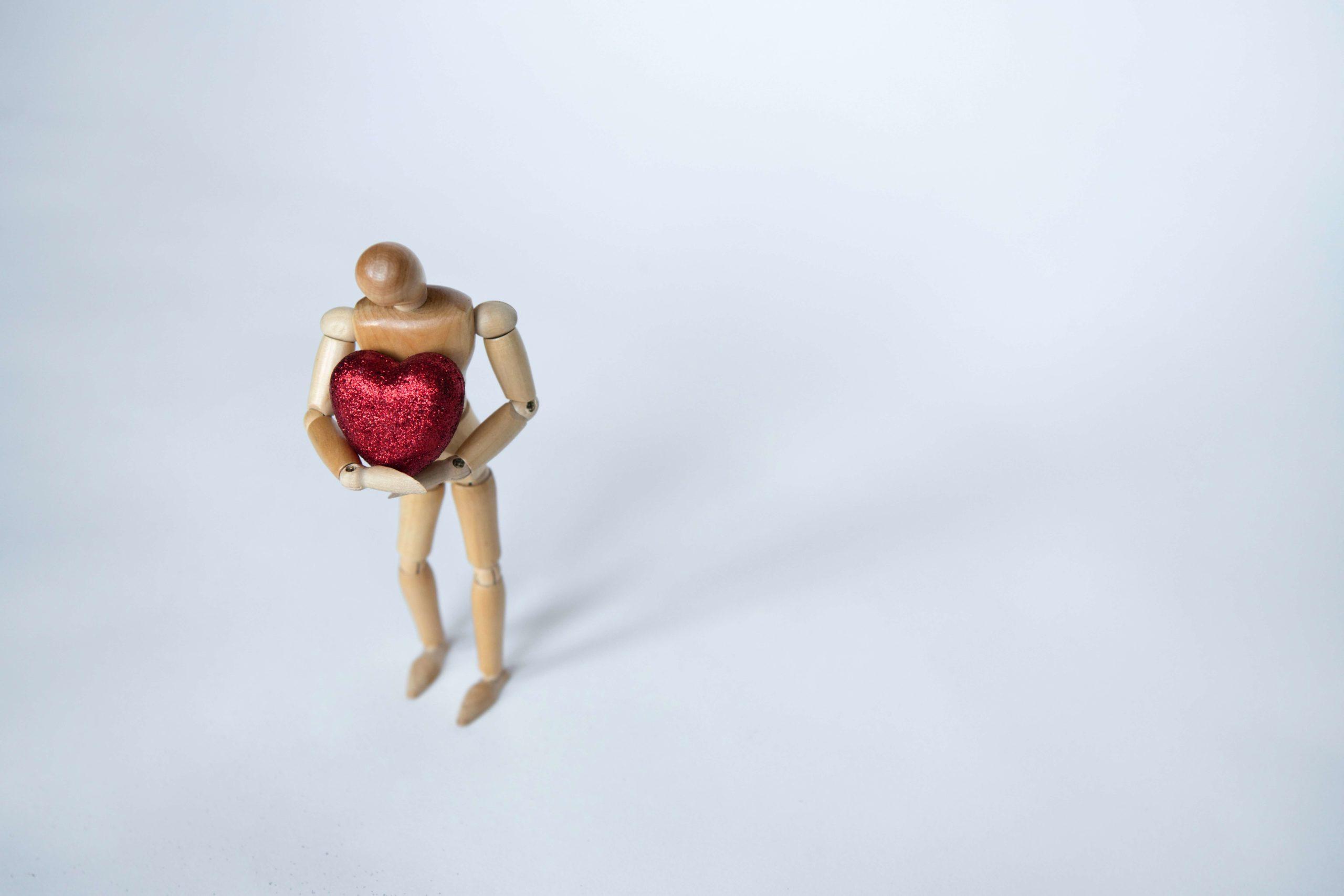 statuette avec cœur rouge