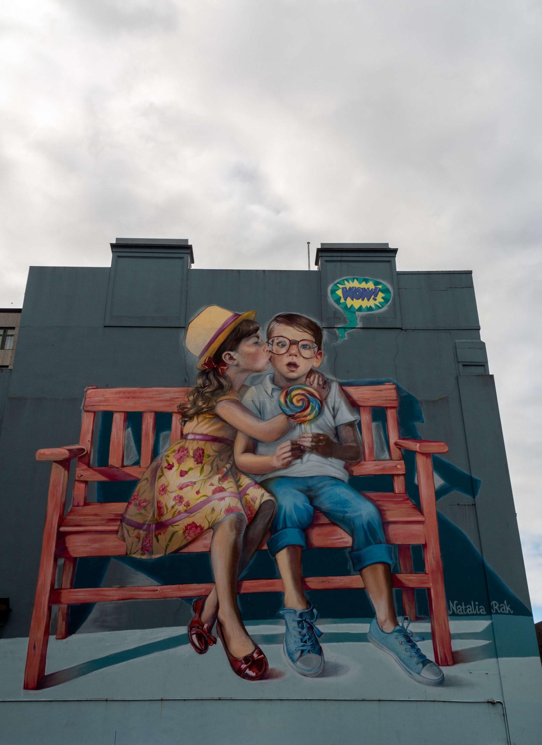 Enfants sur un banc street art trail Dunedin
