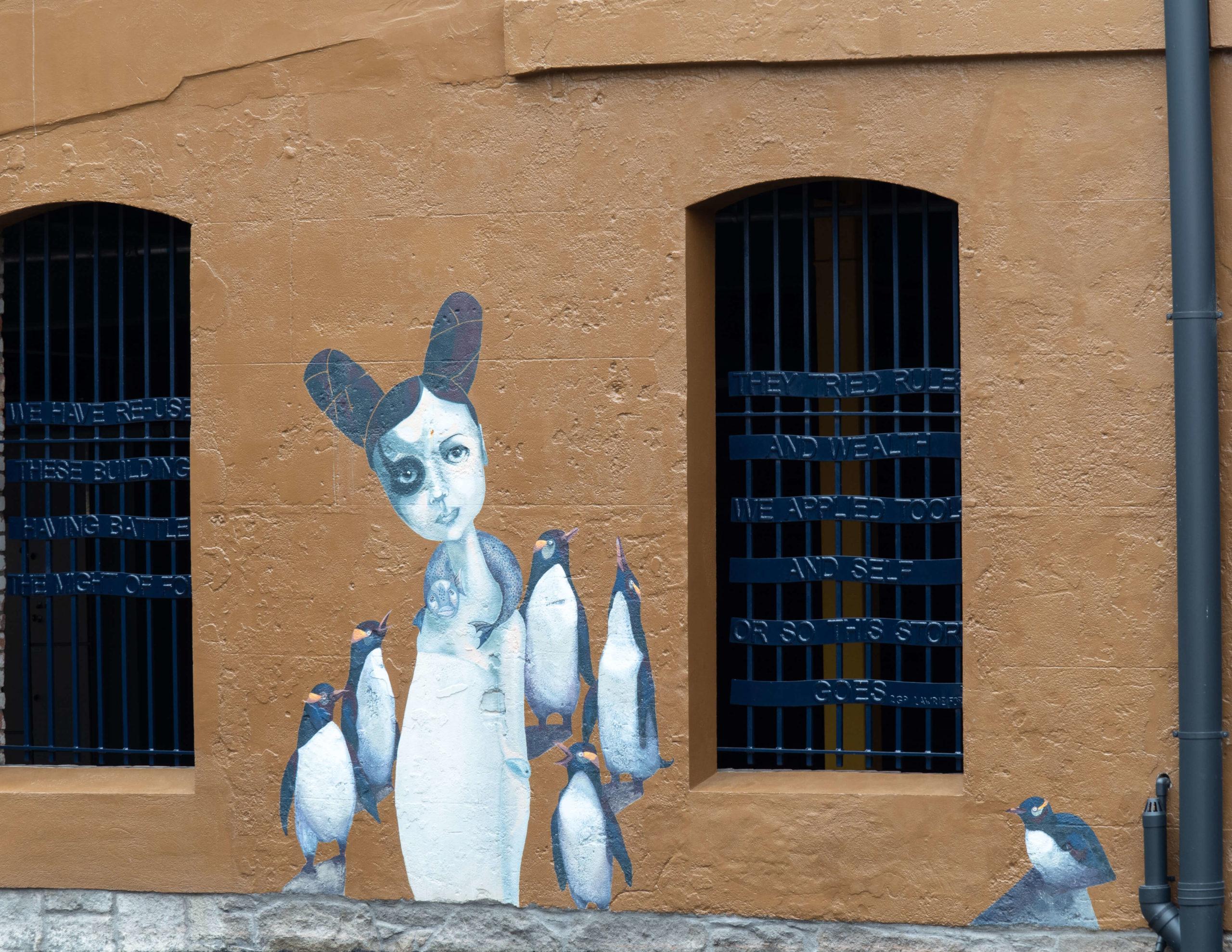 Manchots et jeune femme street art trail Dunedin