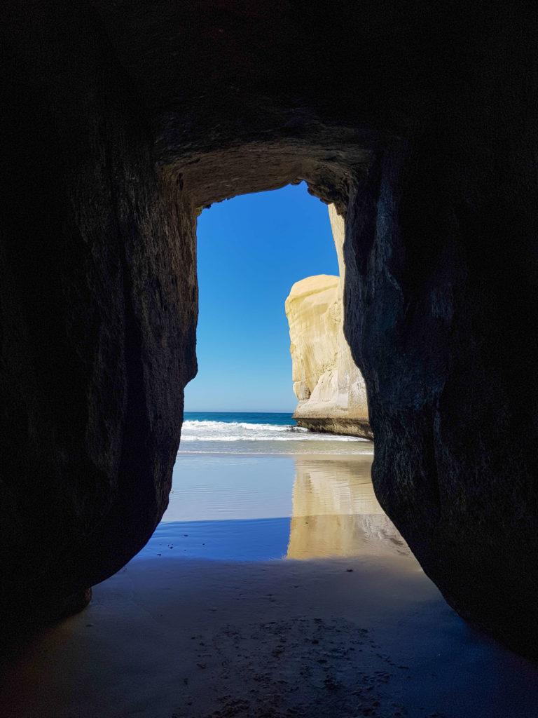 Dans une cave à Tunnel beach Nouvelle-Zélande