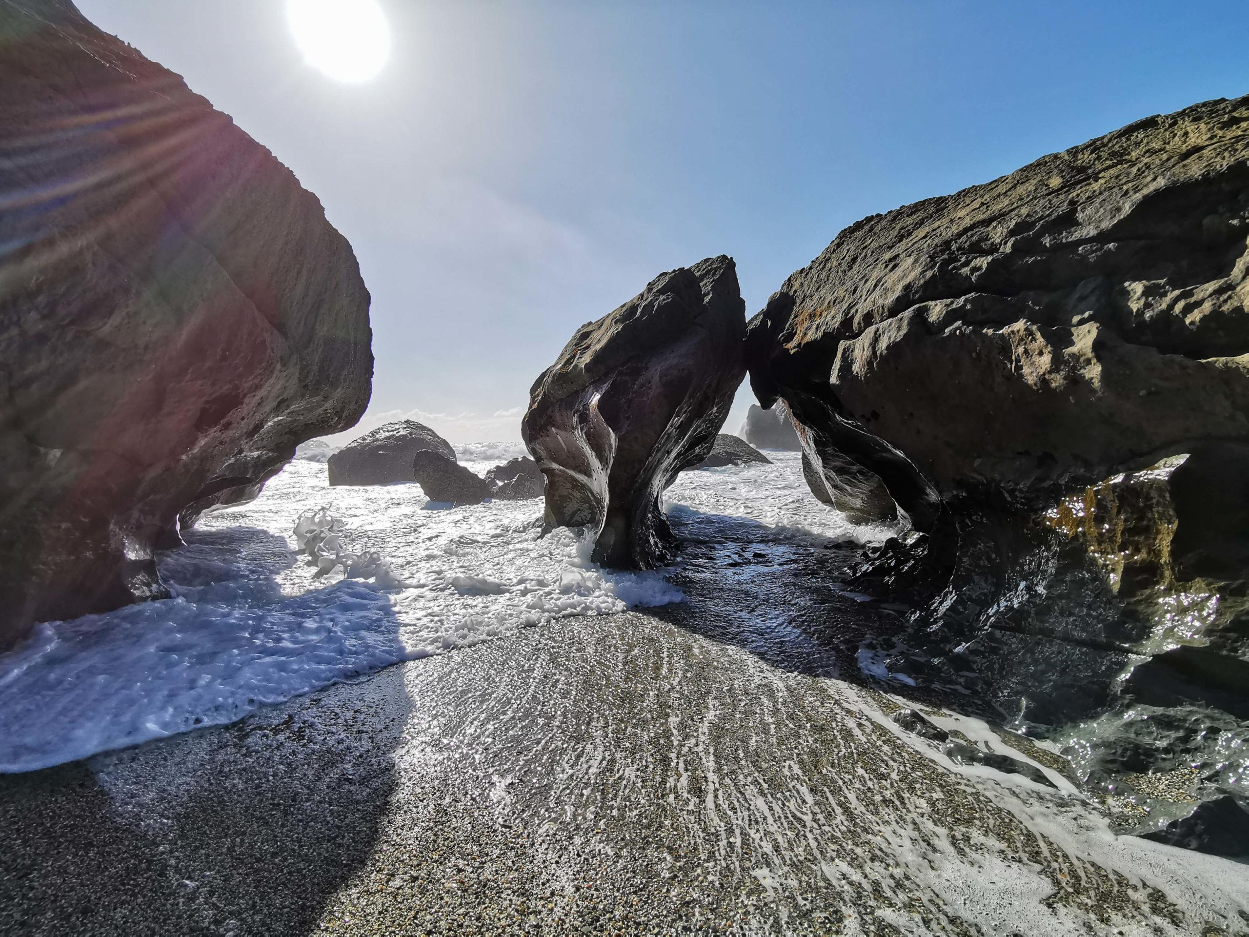 Rocks et mer montante cave naturelle Waitati Nouvelle-Zélande