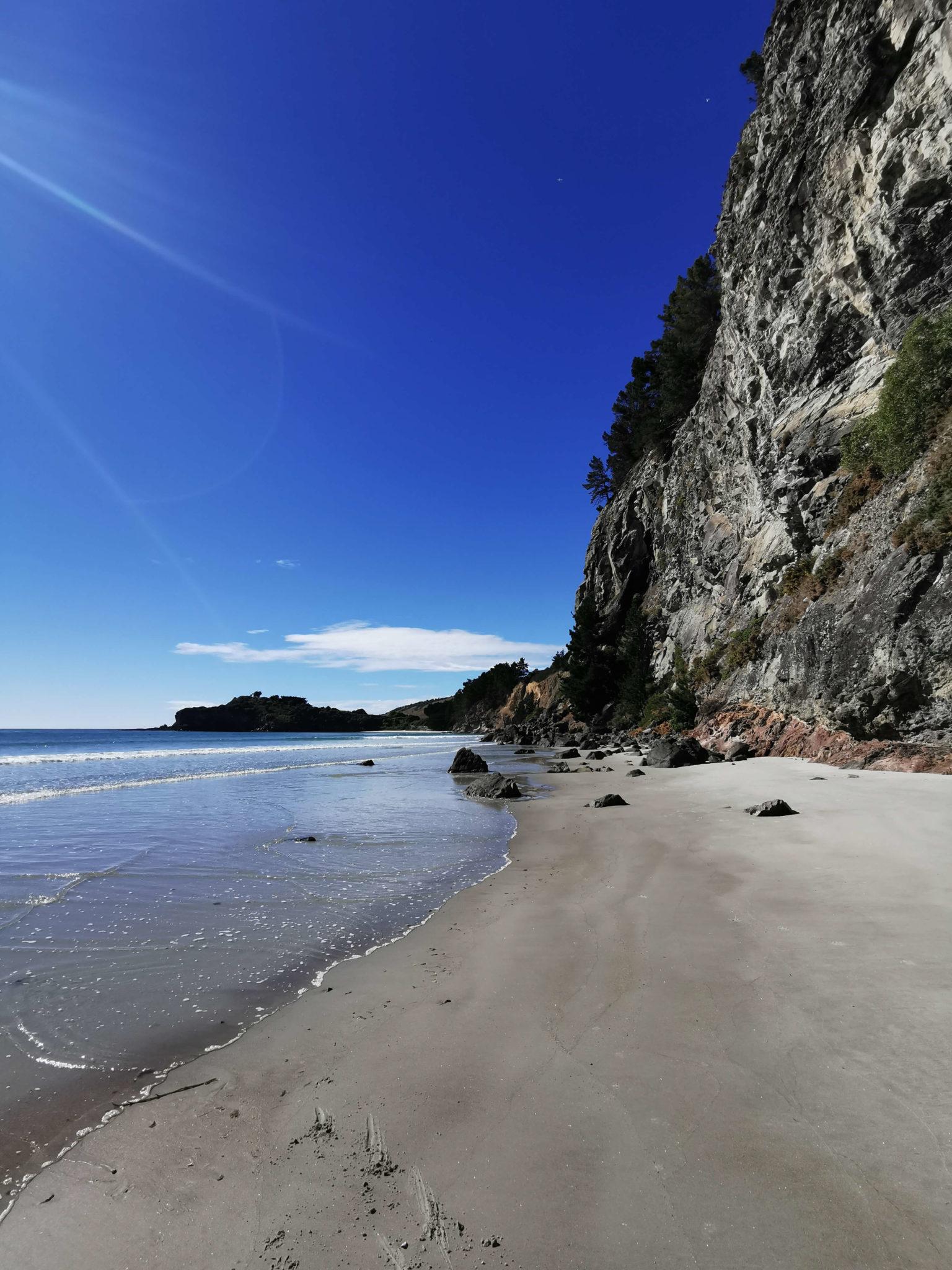 Sur la plage après la cave naturelle Waitati Nouvelle-Zélande