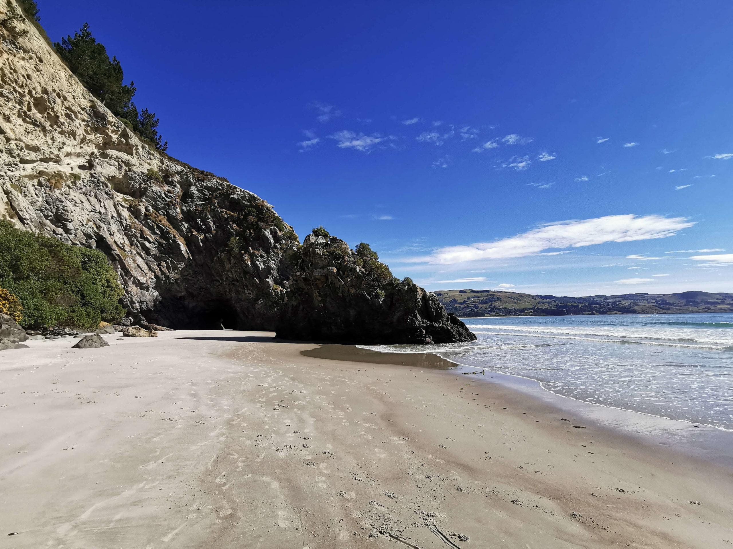 Sur la plage de la cave naturelle Waitati Nouvelle-Zélande