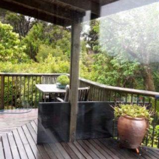 Whangārei 📍 - Nous voilà 1 an et quelques mois de retour à Whangārei (première étape après nôtre atterrissage à Auckland 🛬). C'est plus tôt que prévu. - En cause, 1. la pluie diluvienne qui s'abat sur le nord de l'île nord, et 2. les douleurs de @mawou_deur qui sont revenues. En fait, il s'avérera après avoir vu le docteur le lendemain de nôtre arrivée que son problème (déjà présent lorsque que nous travaillions dans les vignes) a empiré. - Heureusement lors de nôtre remontée du sud au nord en auto-stop nous avions fait la rencontre d'une dame absolument formidable, Valerie. 🙏🏻 Lorsque le Doc explique à Antoine qu'il va lui falloir à minima 3 voir 4 jours de repos total, elle nous propose de rester chez elle. Au sec, au chaud, avec une douche et un lit siiii confortable 😁 - On était bien, pas vraiment pressé.e de repartir vite. Et puis la pluie s'est à nouveau invitée, donc on a tranquillement attendu avec Valerie, Bella et Archy. Ce qui devait durer 4 jours en a duré 8. Un bon repos avant nos dernières 48h sur la Te Araroa.